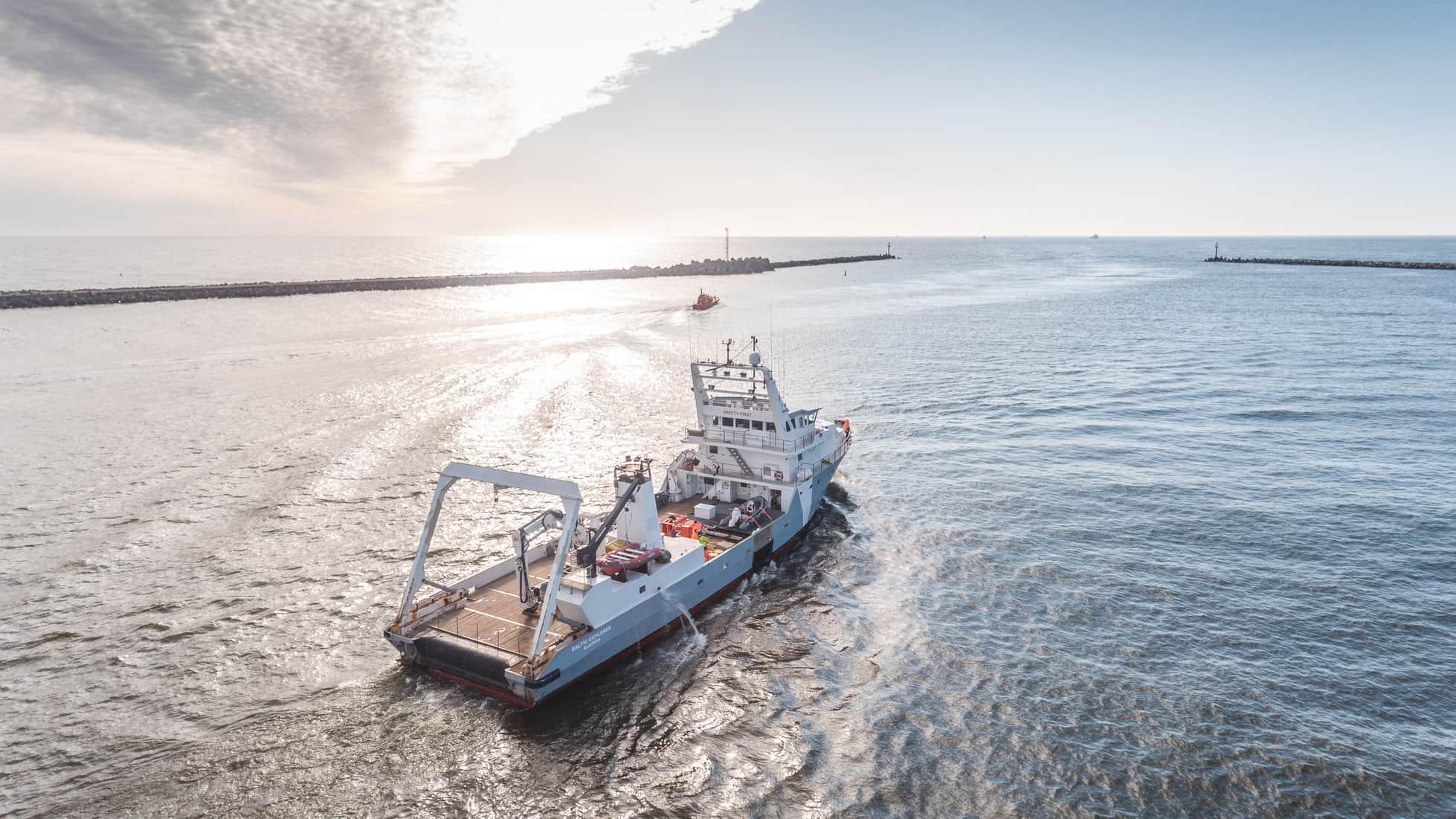 Laivas įeinantis į uostą